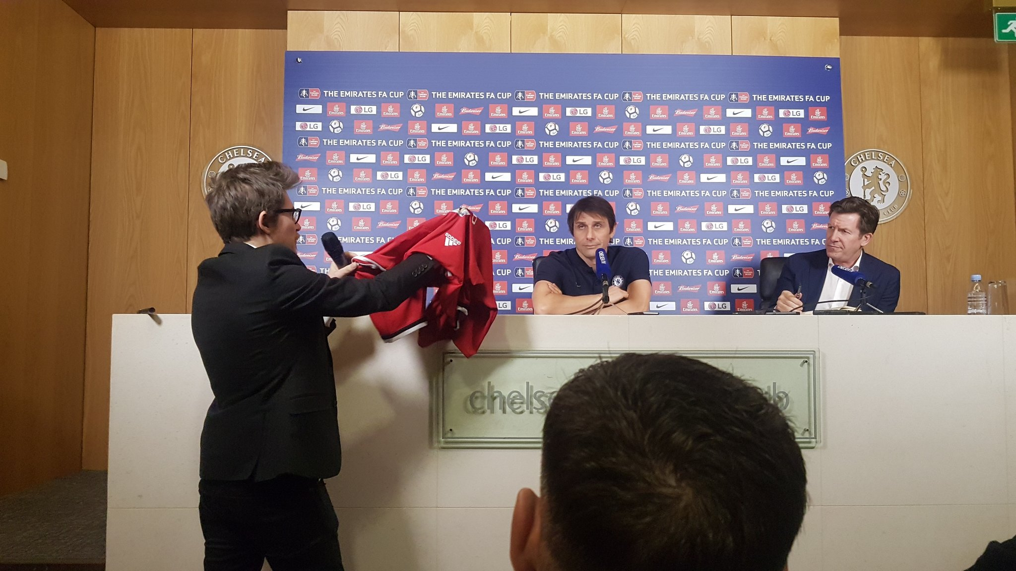 Conte given Man Utd shirt signed by Mourinho in bizarre stunt